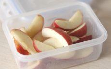 แชร์วิธีหั่นแอปเปิ้ลและเก็บยังไงให้สีไม่คล้ำ ดูน่ารับประทาน